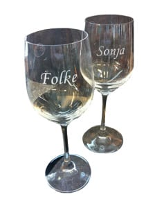 To vinglass. På en står det 'Folke' og på den andre står det 'Sonja'