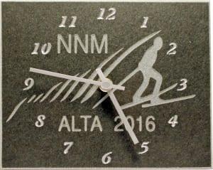 Stein klokke med en illustrasjon av en person som står på ski og tekst 'NNM ALTA 2016'
