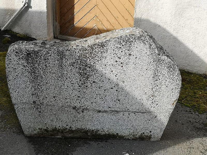 Et gammelt gravmonument til vedlikehold